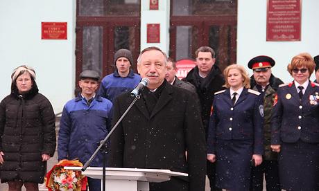 Полпреду президента Александру Беглову показали мосты и детсад