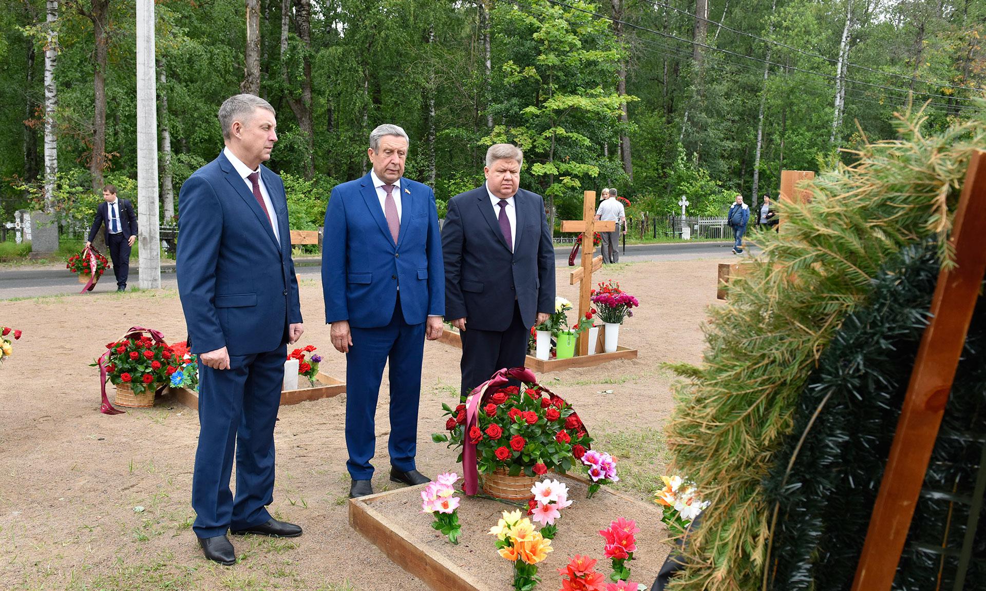 Руководители Брянской области возложили цветы на Серафимовском кладбище в Санкт-Петербурге